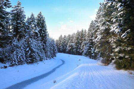 SNow covered beautiful old American rustic country side landscape with bridge, trail and water canal. Peaceful and inspiring. Banque d'images - 142950720