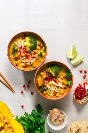 Laksa noedelsoep Met pompoen en broccoli Stockfoto