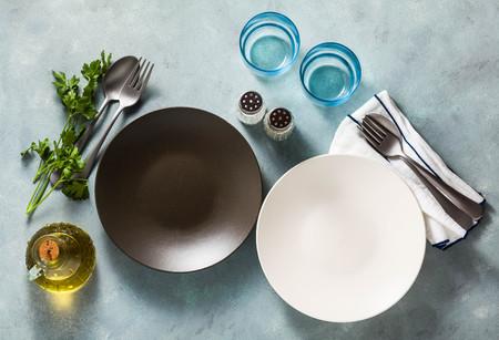 ajuste de la tabla. platos vacíos, especias, cubiertos y aceite de oliva. lugar para escribir texto. copie el espacio. plantilla de collage