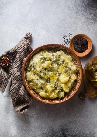 piatto di pizzoccheri vegani. una ricetta adattata dalla cucina italiana. sana alimentazione senza glutine