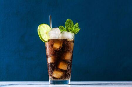 Cocktail Coca Coke dans un grand verre cuba libre. boisson d'été rafraîchissante Banque d'images