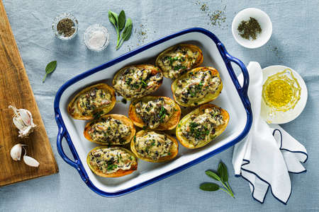 vegan baked potatoes with mushrooms in bechamel sauce with soy milk. healthy lunch or dinner for the family 版權商用圖片