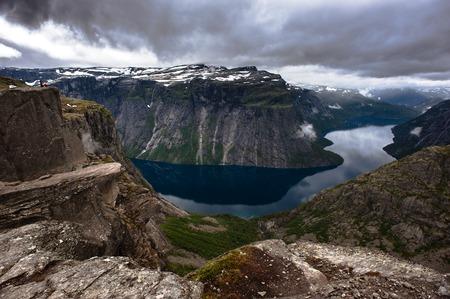 norge: The summer view of Trolltunga in Odda, Ringedalsvatnet lake, Norway.