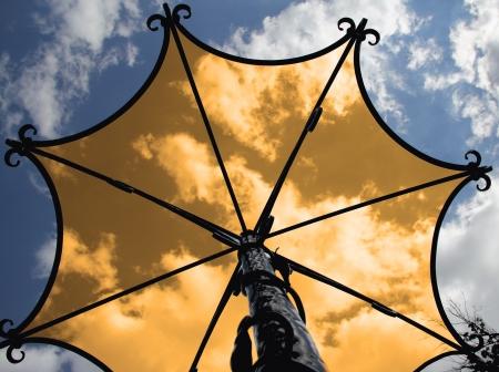 metal sculpture: Metallo scultura ombrello contro il cielo con le nuvole