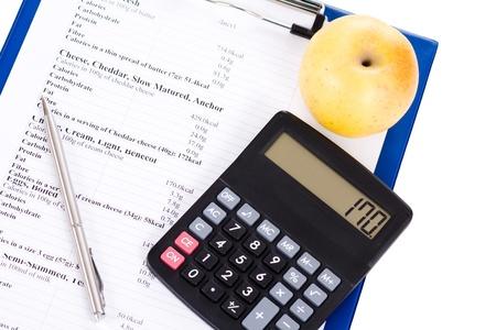 Tabla de calorías, una manzana y una calculadora