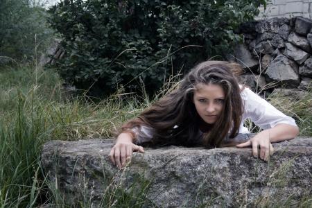 穴から忍び寄る女 写真素材 - 21889775