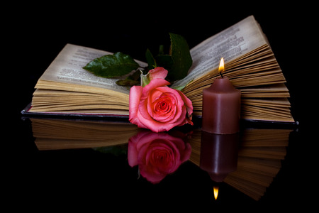 開いた本、ローズと黒の背景に非常に熱い蝋燭 写真素材 - 30528677