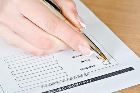 uitstekend: Customer Survey, hand meisje pen merkt uitstekend Stockfoto