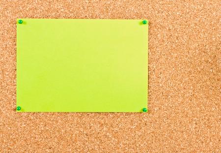 attach: Verde hoja de papel adjunta a los botones corkboard Foto de archivo