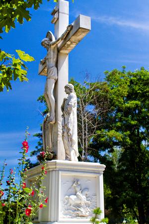 Een houten kruis, een kruisbeeld tegen de blauwe lucht