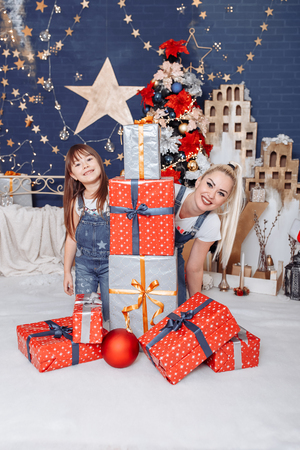 Mom and daughter play and make wishes 写真素材 - 123278257
