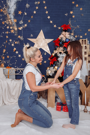 Mom and daughter play and make wishes 写真素材 - 123278261