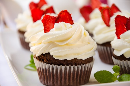 chocolate cupcakes with cream Imagens
