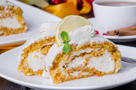 Carrot roll cake met roomkaas Stockfoto