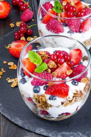 Granola with yogurt and berries Zdjęcie Seryjne - 68176420