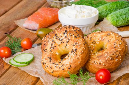Bagels caseros con ingredientes para hacer sándwich