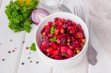 Traditional Russian and Ukrainian vegetable salad Vinaigrette. Salad with beets, potatoes, carrots, pickles and peas Stockfoto