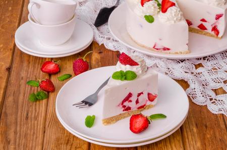 Strawberry no-bake cheesecake Imagens - 102876473