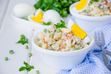 Russischer traditioneller Salat Olivier Standard-Bild