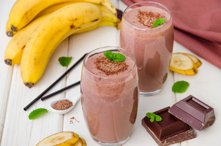 Chocolate banana milkshake (smoothie). Summer cold drink. Imagens