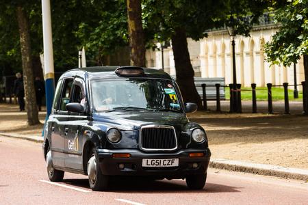 Legendary London taxi cab on the streets of London Foto de archivo - 106771902