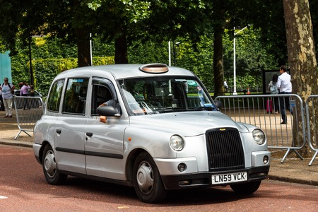 Legendary London taxi cab on the streets of London Foto de archivo - 106771903