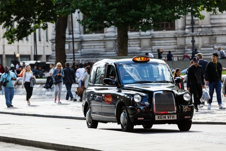 Legendary London taxi cab on the streets of London Foto de archivo - 106771909
