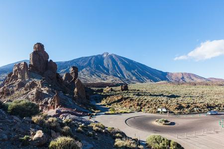 Autostrada w parku narodowym, unikalny symboliczny wulkan Teide na Teneryfie
