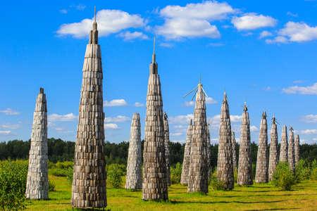 Nikola-Lenivec, Russia - August 23, 2015: Wooden sculptures in the Art Park Nikola Lenivets National park, Kaluga Region, Art-objects The Universal Mind 報道画像