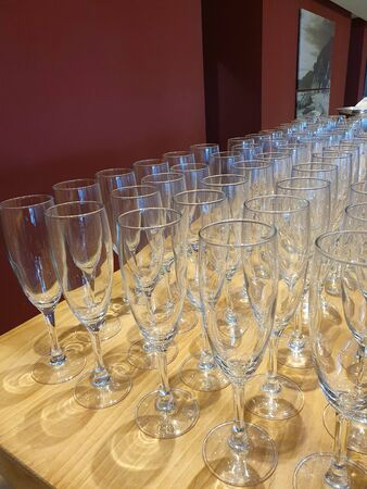 Some empty glasses of champagne on the bar table. Stockfoto