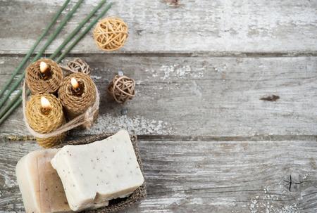 Rustikales Ambiente mit natürlichen Seife aus Olivenöl und Honig Kerzen, SPA Hintergrund von oben mit Kopie Raum