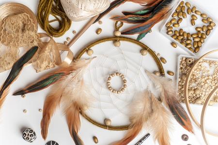 Ręcznie robiony łapacz snów, który jest zmontowany. Kompozycja stołów do majsterkowania. Płaskie świeckich skład etnicznych, plemiennych, tradycyjnych Indian amerykańskich symbol.