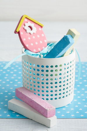 niño parado: Blue white stars background with pink bird house and chalk. Baby shower party invitation