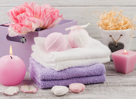 Lavender foaming bath bombs and soaps, spa concept with towels and tulips 免版税图像