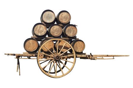 Zweirädriger Holzwagen Retro mit Weinfässern auf weißem Hintergrund
