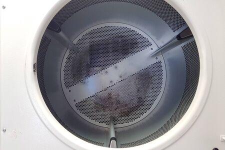 Leeren Sie den sauberen Tank des automatischen Wäschetrockners. Standard-Bild