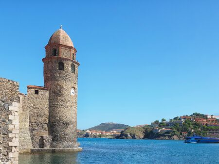Ancient stone lighthouse in the bay of the beautiful city in the south of France Collioure Stockfoto