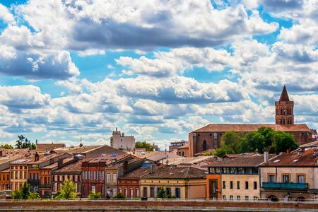 Cityscape over the roofs of historic buildings on a background of cloudy sky. Toulouse. France. Stockfoto