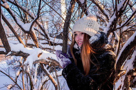 concealed: Beautiful girl in snow-covered tree looking into the distance, North, Arkhangelsk Stock Photo