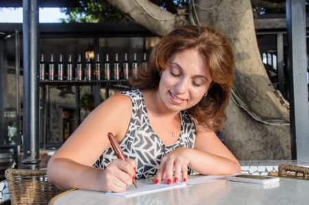 chequera: mujeres de negocios Registro del talonario de cheques en el bar Foto de archivo