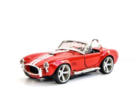 Miniatuur van retro rode auto gegoten geïsoleerde