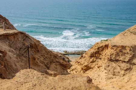 water s edge: Cliff vicino al mare Archivio Fotografico