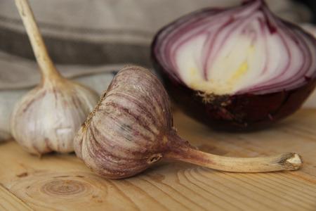 cebolla roja: La naturaleza muerta de ajo y cebolla roja. Foto de archivo
