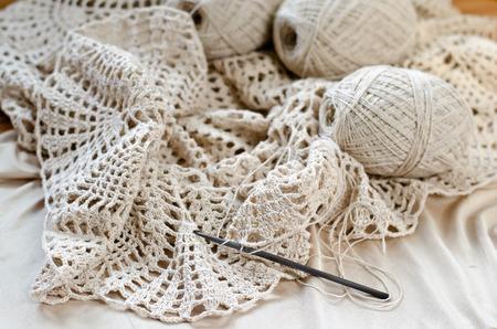 Häkelanleitungen Auf Den Holztisch. Crochet Kleid Aus Beige Garn ...