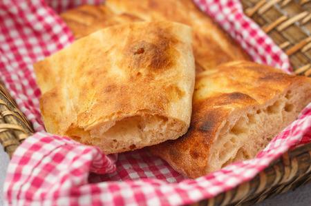Serviette: Asado rodajas pan turco r�stico en la servilleta en la cesta