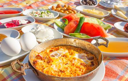 Traditioneel Turks ontbijt buiten geserveerd