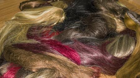 artificial hair: pelo de colores artificiales en el teatro vestidor