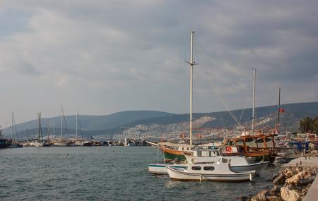 afgemeerde boten en jachten in Akbuk (Didim) stad, Turkije Stockfoto