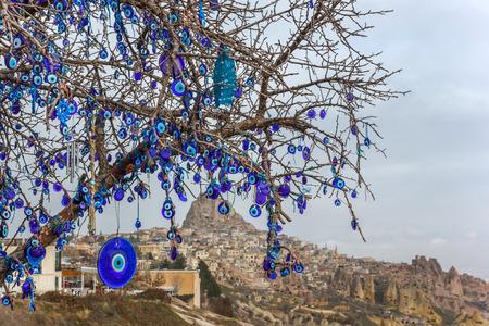 Mal de ojo en el árbol detrás del castillo de Uchisar en Capadocia, Nevsehir, Turquía Foto de archivo - 36475149