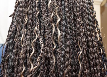 alargamiento: modelo con colores beige y negro luz KANEKALON trenzas africanas materiales en el cabello